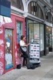 Dziewczyna Bawić się gitarę w Haight Ashbury Fotografia Royalty Free