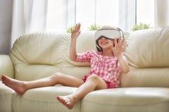 Dziewczyna bawić się grę w rzeczywistość wirtualna szkłach Obraz Stock