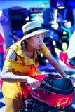 Dziewczyna bawić się gry przy arkady centrum obraz stock