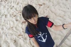 Dziewczyna bawić się huśtawkę Zdjęcia Stock