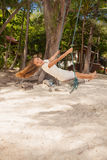 Dziewczyna bawić się huśtawkę na plaży Fotografia Royalty Free