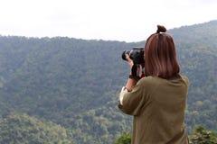 Dziewczyna bawić się kamerę Zdjęcia Royalty Free