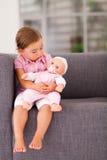 Dziewczyna bawić się lalę Fotografia Royalty Free