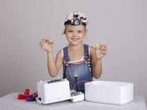 Dziewczyna bawić się montera trzyma dokrętki i śrubę Zdjęcia Stock