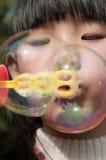 Dziewczyna bawić się mydlanego bąbel Fotografia Royalty Free