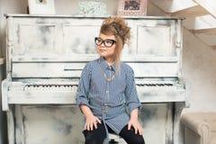 Dziewczyna bawić się na pianinie Fotografia Stock
