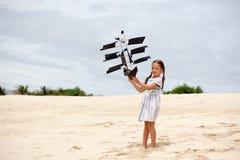 Dziewczyna bawić się na plażowej latanie statku kani Dziecko cieszy się lato Zdjęcia Royalty Free