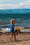 dziewczyna bawić się piasków potomstwa Obrazy Royalty Free