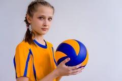 dziewczyna bawić się siatkówkę obraz stock