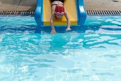 dziewczyna bawić się suwaka w swimmimg basenie Zdjęcia Stock