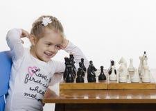 Dziewczyna bawić się szachy w dobrym nastroju Zdjęcie Royalty Free
