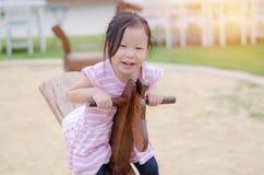 Dziewczyna bawić się totter przy boiskiem obraz royalty free