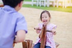 Dziewczyna bawić się totter przy boiskiem zdjęcia stock