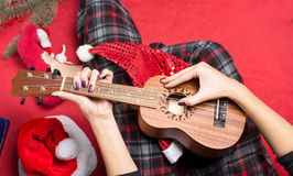 Dziewczyna bawić się ukulele dla bożych narodzeń zdjęcie stock
