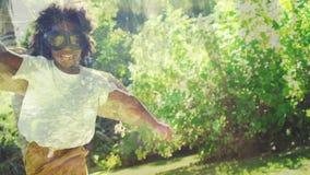 Dziewczyna bawić się w ogródzie zdjęcie wideo