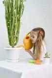 Dziewczyna nalewa od podlewanie puszki kaktusów Zdjęcie Royalty Free