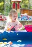 Dziewczyna bawić się w parkowej cyzelatorstwo zabawki ryba Obraz Royalty Free