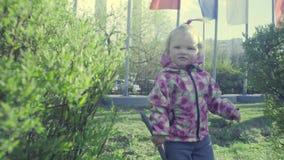 Dziewczyna bawić się w parku zdjęcie wideo