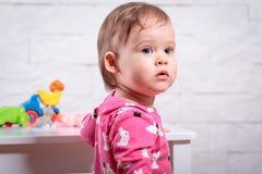 Dziewczyna bawić się w pokoju Fotografia Stock