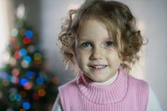 Dziewczyna bawić się w pokoju z choinką Fotografia Stock