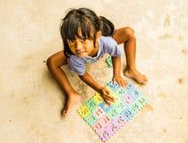 Dziewczyna bawić się wyrzynarkę zdjęcie royalty free