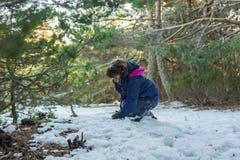 Dziewczyna bawić się z śniegiem w zboczu Zdjęcia Royalty Free