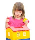 Dziewczyna bawić się z blokami obrazy stock