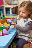 dziewczyna bawić się z budynek cegłami Zdjęcia Stock