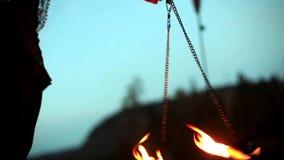 Dziewczyna bawić się z jej ogieniem poi na plaży przy zmierzchem, zaświecającym pochodniami zbiory wideo