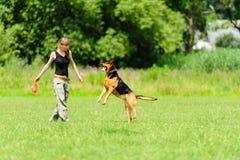 Dziewczyna bawić się z psem zdjęcie stock