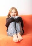 Dziewczyna bawić się z pulowerem Zdjęcia Royalty Free