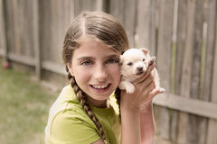 Dziewczyna bawić się z szczeniaka chihuahua zwierzęcia domowego psem Fotografia Stock