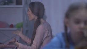 Dziewczyna bawić się z uszatkiem rozprasza uwagę uwagę od rodziców ma konflikt zbiory wideo