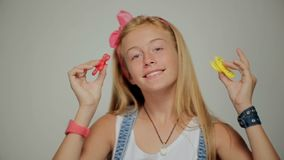Dziewczyna bawić się z wiercipięta kądziołkiem zbiory
