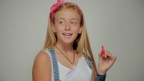 Dziewczyna bawić się z wiercipięta kądziołkiem zdjęcie wideo