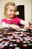 Dziewczyna bawić się z wyrzynarki łamigłówką Obrazy Royalty Free