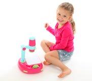 Dziewczyna bawić się z zabawkarskim projektorem Zdjęcie Stock