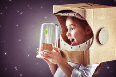 Dziewczyna bawić się astronauta Zdjęcia Stock