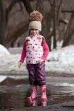 Dziewczyna bawić się w kałużach Fotografia Royalty Free