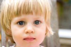 Dziewczyna berbeć z niebieskimi oczami. Obrazy Royalty Free