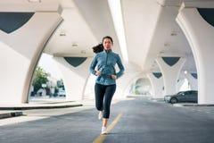 Dziewczyna bieg bellow most w obszarze miejskim fotografia stock