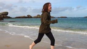 Dziewczyna bieg na plaży zbiory wideo