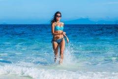 Dziewczyna bieg od morza Zdjęcie Royalty Free