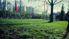 Dziewczyna bieg w parku zbiory wideo