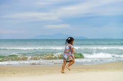 Dziewczyna bieg wzdłuż Porcelanowej plaży w Danang w Wietnam Obrazy Royalty Free