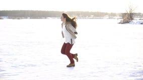 Dziewczyna bieg z psami na zimy śnieżnym polu zdjęcie wideo