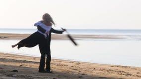 dziewczyna bieg zestrzelają brodatych gitarzystów uściśnięcia i huśta się ona na plaży zdjęcie wideo