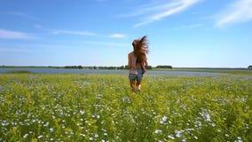 Dziewczyna biega na gryczanych śródpolnych przerwach i obraca wokoło zdjęcie wideo