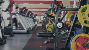 Dziewczyna biega na karuzeli w gym zdrowie fizyczne fitness jogs pos?uchaj muzyki podczas gdy przeno?ne Ćwiczenia i praktyki Indy zbiory wideo