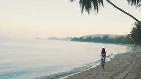 Dziewczyna biega oceanem zbiory